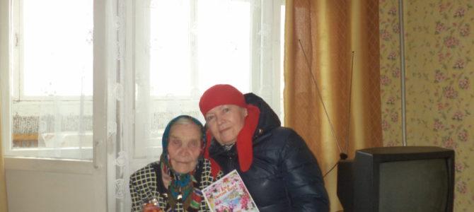 Старейшие прихожане в Пасху получили поздравления и подарки